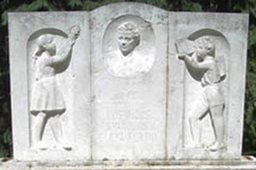 Estatua homenaje a Elena Fortún.